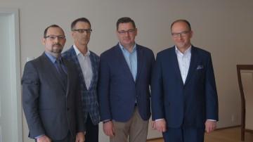 Nowo wybrani członkowie Zarządu. Od lewej Pan Konrad Golczak, Pan Marcin Szuława, Prezes Krzysztof Koszela, Pan Bartosz Demianiuk